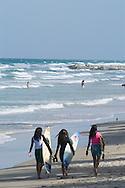 Surfistas en Playa Guacuco, ubicada en la vía hacia el poblado de Manzanillo. A orillas de la playa, los habitantes  suelen recoger guacucos todavía vivos para preparar comidas. De allí el nombre del lugar. (Ramón Lepage / Orinoquiaphoto)  Surfers in Beach Guacuco, located in the route towards the Town Manzanillo. 2005 (Ramon Lepage / Orinoquiaphoto)
