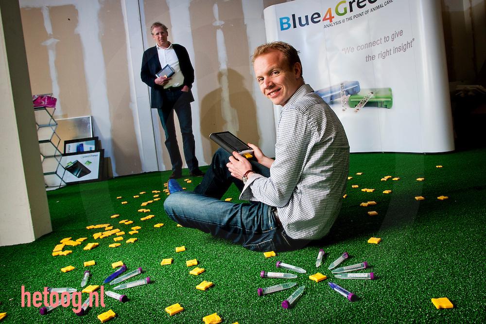 Nederland, enschede, 19april2011 Erik Staijen (voorgrond) en Daan Sitermans van het bedrijf blue4green. Zij ontwikkleden een handheldlaboratorium voor dierenartsen.