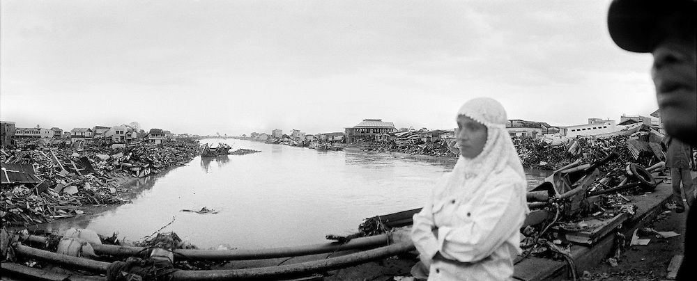 Innenstadt von Banda Aceh. Am Hafen sind groessere Schiffe an Land geschleudert worden. Das Meer drang bis in die Stadtmitte vor und verwueste alles was unter die Welle kam. ...City Center of Banda Aceh, Main River at the brigde.Ships and boats from the harbour are pushed by the wave into the citycenter<br /> <br /> Murat Tueremis<br /> Germany.<br /> +49-171-5437080.<br /> email: murattueremis@t-online.de