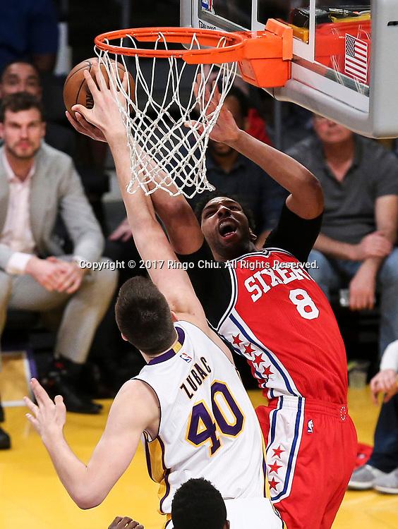 3月12日,洛杉矶湖人队球员伊维察-祖巴茨(左)在比賽中封盖费城76人队球员贾利尔-奥卡福的上篮。 当日,在2016-2017赛季NBA常规赛中,洛杉矶湖人队主场以116比118不敌费城76人队。 新华社发 (赵汉荣摄)<br /> Los Angeles Lakers center Ivica Zubac (#40) blocks a shot by Philadelphia 76ers center Jahlil Okafor (#8) during an NBA basketball game Tuesday, March 12, 2017, in Los Angeles. <br /> (Photo by Ringo Chiu/PHOTOFORMULA.com)<br /> <br /> Usage Notes: This content is intended for editorial use only. For other uses, additional clearances may be required.