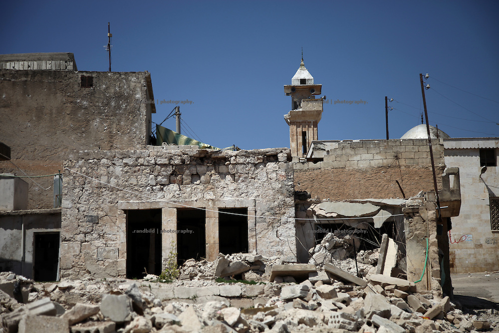 Even the mosque suffered severe damages. Taftanaz northeast of Idlib city was seriouosly attacked in April by helicopters from a nearby air base. Dozens of houses were bombed to the ground and many peolpe were killed as well.