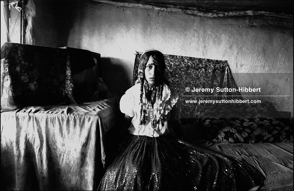 BRIDE ON HER WEDDING DAY..SINTESTI, ROMANIA, AUGUST 1994..©JEREMY SUTTON-HIBBERT 2000..TEL./FAX. +44-141-649-2912..TE. +44-7831-138817.