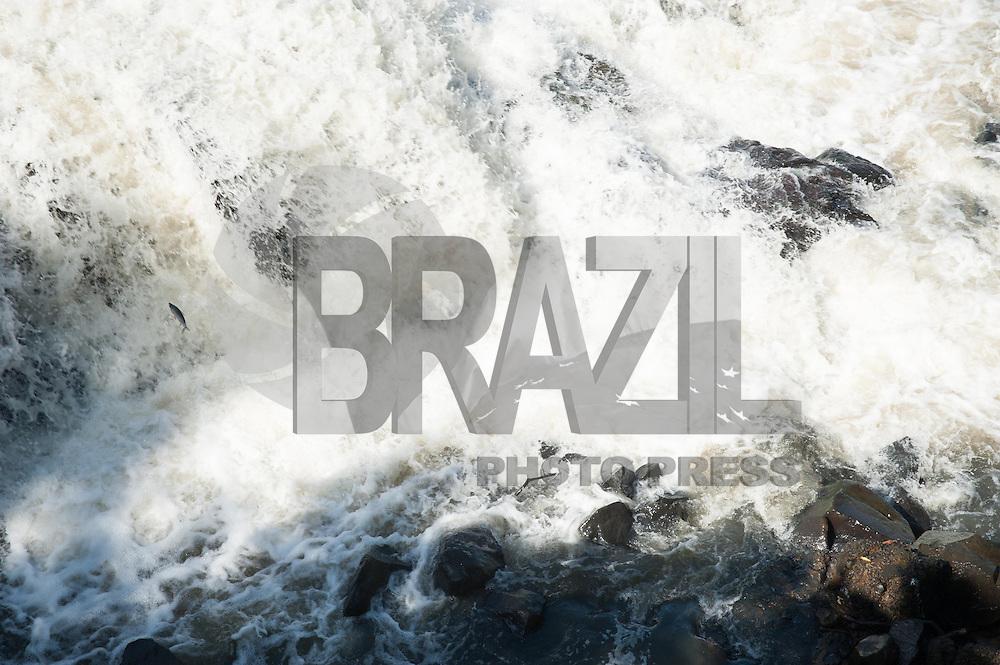 PIRACICABA, 21.04.14 - RIO DE PIRACICABA - Mesmo com as chuvas dos últimos dias o Rio de Piracicaba continua em baixa. Peixes tem dificuldade de subir o rio devido a pedras, já que o nível está abaixo do normal, nesta segunda-feira, 21. ( Foto: Mauricio Bento / BrazilPhotoPress )