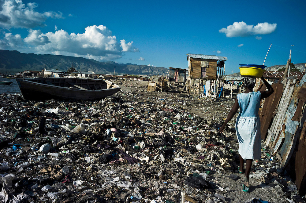 Cholera epidemic, spreading to Haiti last month, finds its source in the Artibonite region, fed by the river of the same name. A woman carries a basin, 16 november 2010, in the fishermen neighbourhood of Gonaïves, Artibonite.