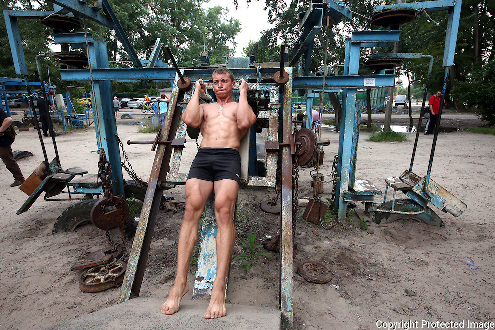 Hydropark Kiev Soviet Gym. Yura Rybchak works out. Photo Bohdan Warchomij
