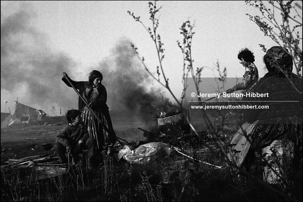 MELTING SCRAP METAL OVER A HOME MADE BASIC FURNACE. SINTESTI, ROMANIA. NOVEMBER 1996..©JEREMY SUTTON-HIBBERT 2000..TEL./FAX. +44-141-649-2912..TEL. +44-7831-138817.