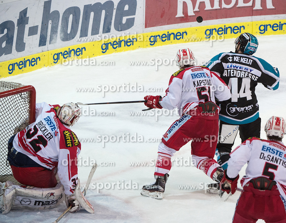 28.12.2015, Keine Sorgen Eisarena, Linz, AUT, EBEL, EHC Liwest Black Wings Linz vs EC KAC, 36. Runde, im Bild Kevin Kapstad (EC KAC) und Olivier Latendresse (EHC Liwest Black Wings Linz) // during the Erste Bank Icehockey League 36th round match between EHC Liwest Black Wings Linz and EC KAC at the Keine Sorgen Icearena, Linz, Austria on 2015/12/28. EXPA Pictures © 2015, PhotoCredit: EXPA/ Reinhard Eisenbauer