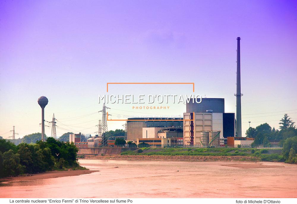 La centrale nucleare ?Enrico Fermi? di Trino Vercellese sul fiume Po. fotografia di Michele  D'Ottavio