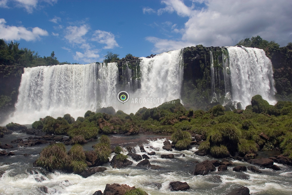 Foz do Iguacu, Parana, Brasil. 01/2007.Iguaçu National Park/ Parque Nacional do Iguaçu / National Park von Iguaçu.Cataratas do Iguacu localizam-se no Parque Nacional do Iguacu, (Brasil) e no Parque Nacional Iguazu (Argentina)/ Iguassu Falls.The waterfall system consists of almost 300 falls, with heights of up to 70 meters, along 2.7 kilometres of the Iguassu River. The Falls are shared by the Iguazu National Park (Argentina) and Iguacu National Park (Brazil). These parks were designated UNESCO World Heritage Sites in 1984 and 1986 respectively..Foto © Adri Felden/Argosfoto