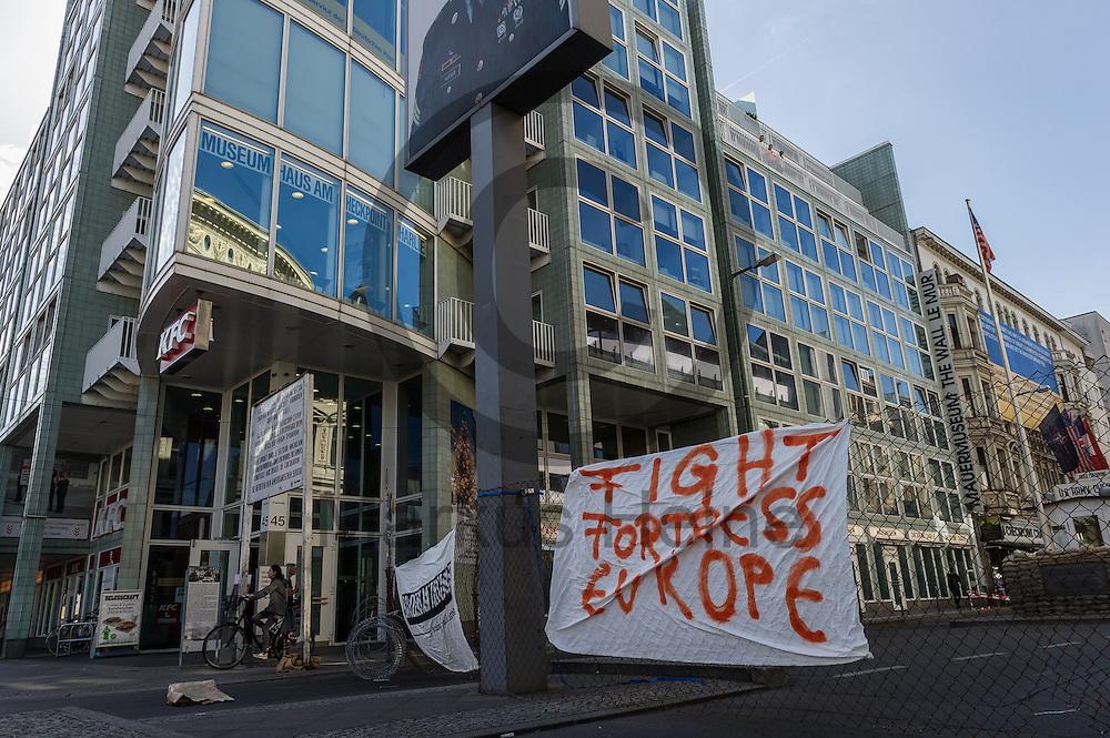 &quot;Fight fortress Europe&quot; steht  am 10.06.2016 an dem ehemaligen Grenz&uuml;bergang Checkpoint Charlie in Berlin, Deutschland auf einem Transparent an einen symbolischen Grenzzaun. Die Aktivisten die die Aktion initiiert haben demonstrieren damit gegen die Abschottungspolitik der EU und die geschlossenen Grenzen. Foto: Markus Heine / heineimaging<br /> <br /> ------------------------------<br /> <br /> Ver&ouml;ffentlichung nur mit Fotografennennung, sowie gegen Honorar und Belegexemplar.<br /> <br /> Bankverbindung:<br /> IBAN: DE65660908000004437497<br /> BIC CODE: GENODE61BBB<br /> Badische Beamten Bank Karlsruhe<br /> <br /> USt-IdNr: DE291853306<br /> <br /> Please note:<br /> All rights reserved! Don't publish without copyright!<br /> <br /> Stand: 06.2016<br /> <br /> ------------------------------Aktivisten bauen am 10.06.2016 an dem ehemaligen Grenz&uuml;bergang Checkpoint Charlie in Berlin, Deutschland einen symbolischen Grenzzaun auf. Die Aktivisten demonstrieren mit der Aktion gegen die Abschottungspolitik der EU  und die geschlossenen Grenzen. Foto: Markus Heine / heineimaging<br /> <br /> ------------------------------<br /> <br /> Ver&ouml;ffentlichung nur mit Fotografennennung, sowie gegen Honorar und Belegexemplar.<br /> <br /> Bankverbindung:<br /> IBAN: DE65660908000004437497<br /> BIC CODE: GENODE61BBB<br /> Badische Beamten Bank Karlsruhe<br /> <br /> USt-IdNr: DE291853306<br /> <br /> Please note:<br /> All rights reserved! Don't publish without copyright!<br /> <br /> Stand: 06.2016<br /> <br /> ------------------------------