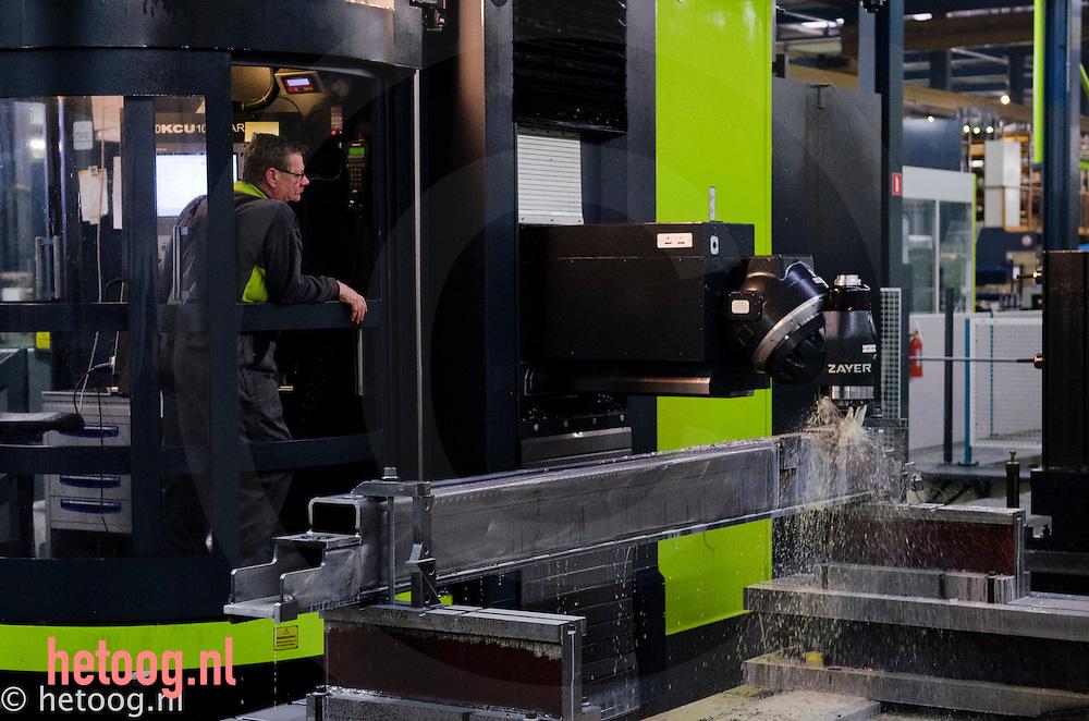 Nederland, Lochem,01feb2011 freeswerkzaamheden bij werkbankfabrikant SAFAN