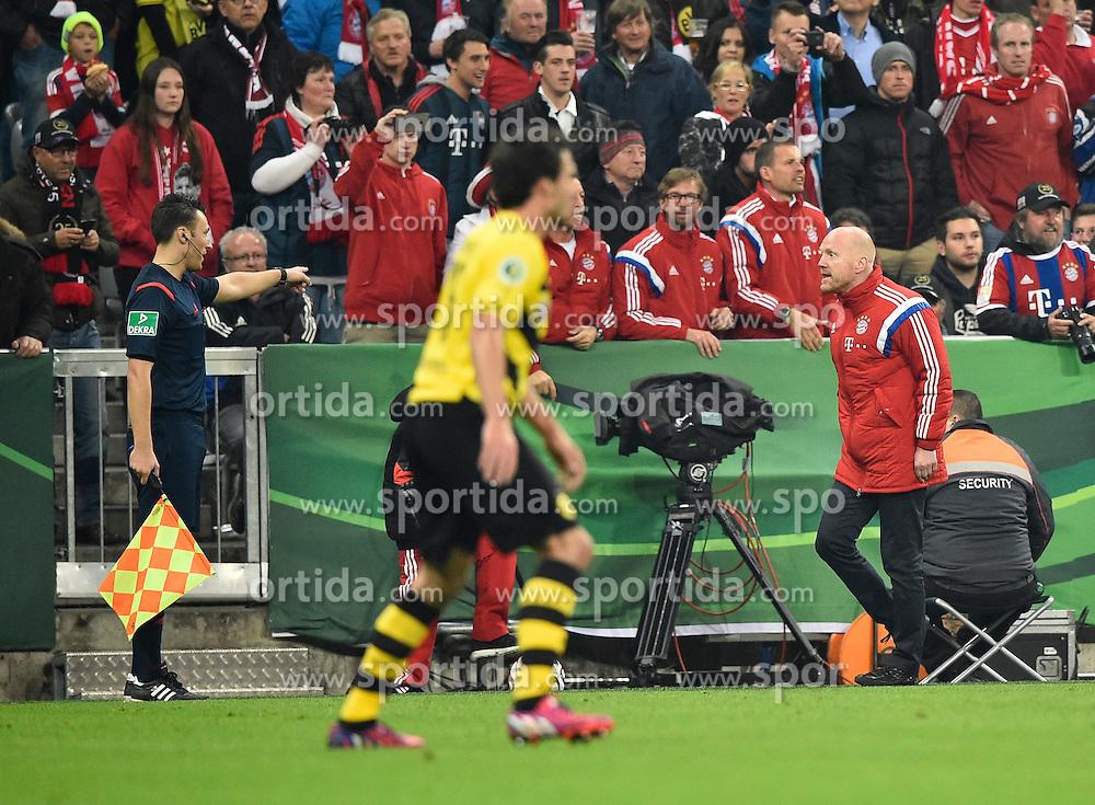 28.04.2015, Allianz Arena, Muenchen, GER, DFB Pokal, FC Bayern Muenchen vs Borussia Dortmund, Halbfinale, im Bild Bayern reklamiert Handspiel Matthias Sammer (rechts) // during German DFB Pokal semifinal match between FC Bayern Munich and Borussia Dortmund at the Allianz Arena in Muenchen, Germany on 2015/04/28. EXPA Pictures &copy; 2015, PhotoCredit: EXPA/ Eibner-Pressefoto/ Weber<br /> <br /> *****ATTENTION - OUT of GER*****