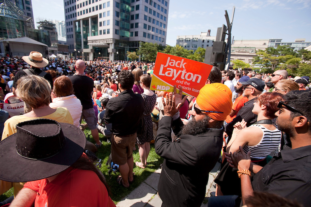 Toronto, Ontario ---11-08-27--- Thousands gathered outside Roy Thompson Hall in Toronto, Ontario, August 27, 2011 to watch the broadcast of the state funeral of NDP leader Jack Layton.<br /> AFP/GEOFF ROBINS/STR