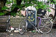 in de Utrechtse binnenstad begint de staking bij de vuilophaaldiensten langzaam zichtbaar te worden. De prullenbakken raken overvol en vogels vreten aan de vuilniszakken. Toch valt de overlast nog mee, mede dankzij de lage temperaturen en omdat veel bedrijven en mensen hun vuil binnenshuis houden.  De medewerkers van de gemeentereiniging laten zo hun onvrede blijken dat na een jaar onderhandelen nog steeds geen CAO is afgesloten.<br /> <br /> In Amsterdam, Utrecht and Groningen, the garbage is not collected. The employees of the municipal sanitation show their grieves since after a year of negotiations still no collective agreement has been concluded.