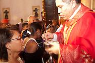 La devoci&oacute;n religiosa del Cristo Negro de Portobelo parece ser una de las m&aacute;s populares, en la Rep&uacute;blica de Panam&aacute;. Esta devoci&oacute;n se remonta a los tiempos de la colonia, cuando se cuenta que un 21 de octubre de 1658 lleg&oacute;, a la playa de la comunidad paname&ntilde;a de Portobelo, la imagen del Cristo Negro. Solo son suposiciones, ya que todav&iacute;a no se tienen referencias hist&oacute;ricas precisas sobre este tema, pero por algunos c&aacute;lculos intuitivos se puede decir que la imagen lleva en Portobelo m&aacute;s de dos siglos.<br /> La fe y devoci&oacute;n, que manifiesta el pueblo paname&ntilde;o hacia la imagen de este Cristo puede ser evidenciada, cada a&ntilde;o, cuando, a partir del 15 de octubre, se da inicio a las expresiones devocionales del peregrino que se dirige a Portobelo para rendirle culto a la imagen del Nazareno. Victoria Murillo/Istmophoto.com