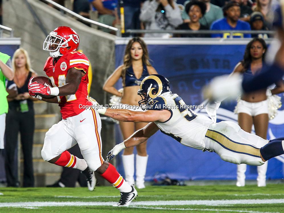 8月20日,洛杉矶公羊队的布莱斯海格(右)在比赛中防守堪萨斯城酋长队的达林&middot;里夫斯进攻。当日,在美国洛杉矶举行了职业美式橄榄联盟NFL季前赛,洛杉矶公羊队以21比20战胜堪萨斯城酋长队。新华社发 (赵汉荣摄)<br /> Kansas City Chiefs running back Darrin Reaves,left, escapes a tackle-attempt by Los Angeles Rams inside linebacker Bryce Hager during a preseason NFL football game, Saturday, Aug. 20, 2016, in Los Angeles. The Rams won 21-20. (Xinhua/Zhao Hanrong)(Photo by Ringo Chiu/PHOTOFORMULA.com)<br /> <br /> Usage Notes: This content is intended for editorial use only. For other uses, additional clearances may be required.