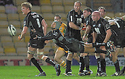 2005/06 Guinness Premiership Rugby, Saracens vs Northampton Saints, Richard Haughton, acts as scrum half and moves the ball out, as Saracens defeat Saints at Vicarage Road, Watford, ENGLAND:     05.11.2005   © Peter Spurrier/Intersport Images - email images@intersport-images...
