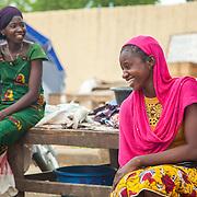 LÉGENDE: Rosine plaisante avec une collegue vendeuse aussi. Il y a de la bonne humeur. LIEU: Marché de Chagoua, N'Djaména, Tchad. PERSONNE(S): Rosine Remadsi à droite et une amie vendeuse à gauche.