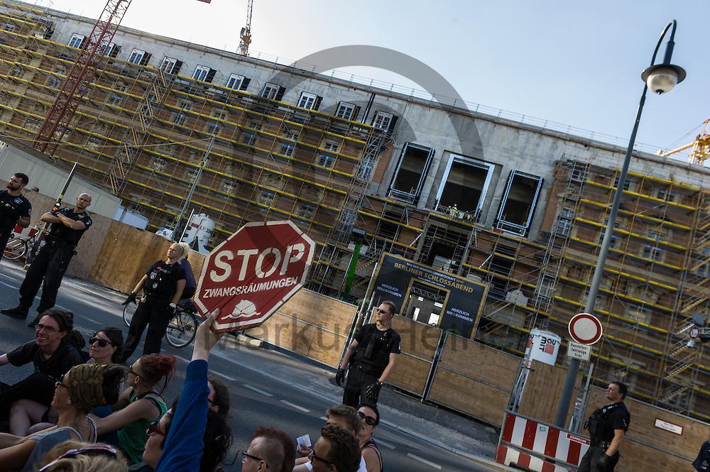 &quot;Stopp Zwangsr&auml;umungen&quot; steht w&auml;hrend der Demonstration &quot;Recht auf Stadt statt Schloss&quot; am 08.06.2016 in Berlin, Deutschland auf dem Schild eines Demonstranten vor dem Stadtschloss. Mehrere hundert Menschen demonstrierten unter dem Motto &quot;Recht auf Stadt statt Schloss&quot; gegen den Tag der deutschen Immobilienwirtschaft und gegen den immer weniger werdenden Wohnraum f&uuml;r gering und normalverdienende. Foto: Markus Heine / heineimaging<br /> <br /> ------------------------------<br /> <br /> Ver&ouml;ffentlichung nur mit Fotografennennung, sowie gegen Honorar und Belegexemplar.<br /> <br /> Bankverbindung:<br /> IBAN: DE65660908000004437497<br /> BIC CODE: GENODE61BBB<br /> Badische Beamten Bank Karlsruhe<br /> <br /> USt-IdNr: DE291853306<br /> <br /> Please note:<br /> All rights reserved! Don't publish without copyright!<br /> <br /> Stand: 06.2016<br /> <br /> ------------------------------
