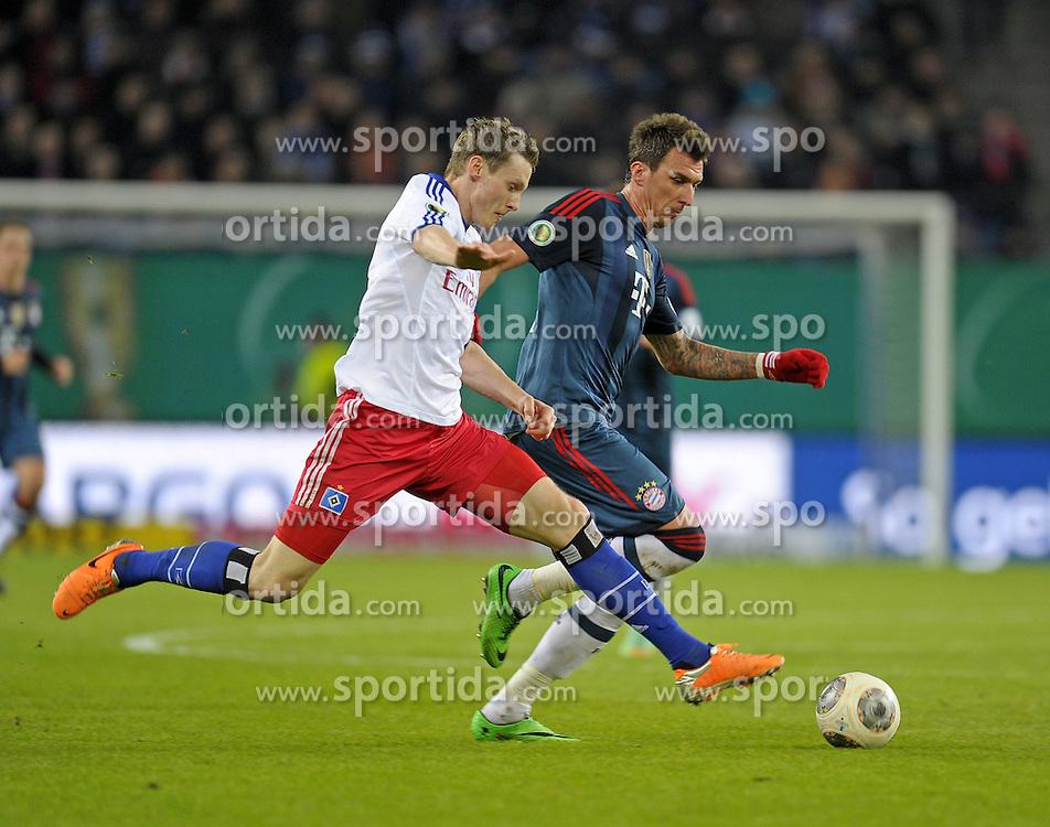 Football: Germany, DFB-Pokal, Hamburger SV - FC Bayern Muenchen, Muenchen, 12.02.2014<br /> Marcell Jansen (Hamburg, l.) - Mario Mandzukic (Bayern)<br /> &Acirc;&copy;&Acirc;&nbsp;pixathlon