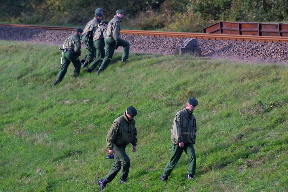 Pollizisten auf dem Weg zu den Gleisen für Castortransporte, dioe sie sichern sollen.