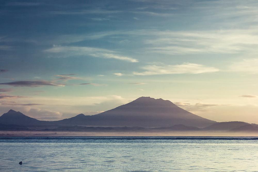 Blick auf Vulkan Gunung Agung in Morgendunst, Bali, Indonesien