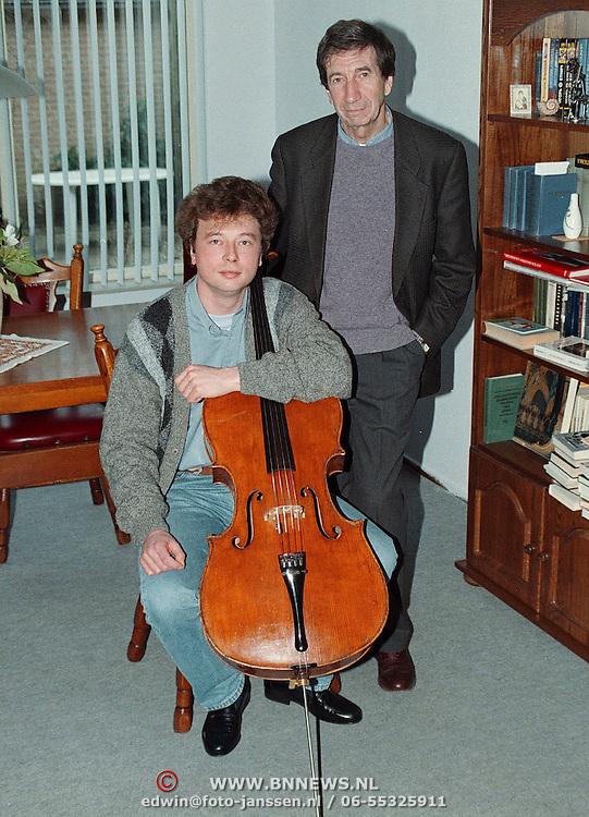 2 Russische musikanten Anton Istomin (zittend) en Valentin Zhuh Eierlanden 8 Huizen