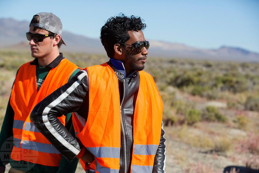 Teamleden zijn geschrokken van het ongeval. Robert Braam valt met hoge snelheid tijdens een recordpoging met de VeloX V. Het Human Power Team Delft en Amsterdam (HPT), dat bestaat uit studenten van de TU Delft en de VU Amsterdam, is in Amerika om te proberen het record snelfietsen te verbreken. Momenteel zijn zij recordhouder, in 2013 reed Sebastiaan Bowier 133,78 km/h in de VeloX3. In Battle Mountain (Nevada) wordt ieder jaar de World Human Powered Speed Challenge gehouden. Tijdens deze wedstrijd wordt geprobeerd zo hard mogelijk te fietsen op pure menskracht. Ze halen snelheden tot 133 km/h. De deelnemers bestaan zowel uit teams van universiteiten als uit hobbyisten. Met de gestroomlijnde fietsen willen ze laten zien wat mogelijk is met menskracht. De speciale ligfietsen kunnen gezien worden als de Formule 1 van het fietsen. De kennis die wordt opgedaan wordt ook gebruikt om duurzaam vervoer verder te ontwikkelen.<br /> <br /> Robert Braam crashes at high speed with the VeloX V. The Human Power Team Delft and Amsterdam, a team by students of the TU Delft and the VU Amsterdam, is in America to set a new  world record speed cycling. I 2013 the team broke the record, Sebastiaan Bowier rode 133,78 km/h (83,13 mph) with the VeloX3. In Battle Mountain (Nevada) each year the World Human Powered Speed Challenge is held. During this race they try to ride on pure manpower as hard as possible. Speeds up to 133 km/h are reached. The participants consist of both teams from universities and from hobbyists. With the sleek bikes they want to show what is possible with human power. The special recumbent bicycles can be seen as the Formula 1 of the bicycle. The knowledge gained is also used to develop sustainable transport.