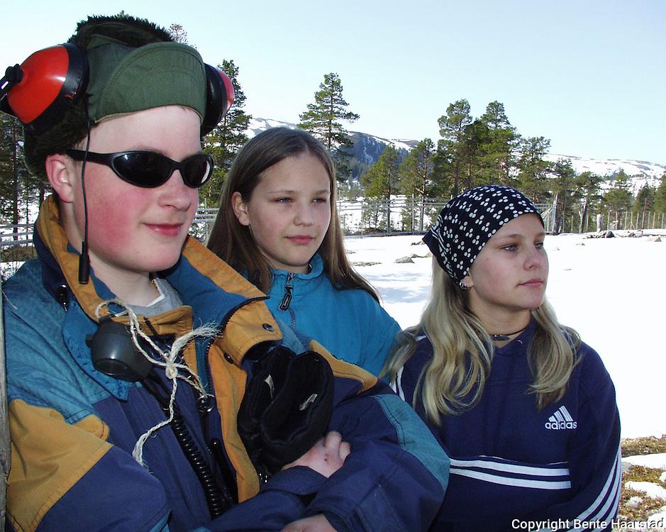 Espen Elden (17), Anna (12) og Elise (15) Holtan, Namdalseid..dig Det sørsamiske området strekker seg fra Saltfjellet i nord til Elgå i Hedmark i sør. Omfatter noen få tusen på norsk og svensk sida av grensa. The sourth sami people consists of only a few thousand people.