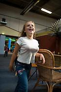 meisje heeft ballen uit de ballenbak onder haar t-shirt gestopt zodat het lijkt alsof zij borsten heeft...foto: hetoog.nl Binnespeeltuin b-engeeltjesdorp hengelo (o)