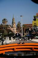 PAREJA EN LA PLAZA FRENTE A LA CATEDRAL SAN MARCOS DE ARICA. Arica, Chile. 07-11-2012 (Alvaro de la Fuente/Triple.cl)
