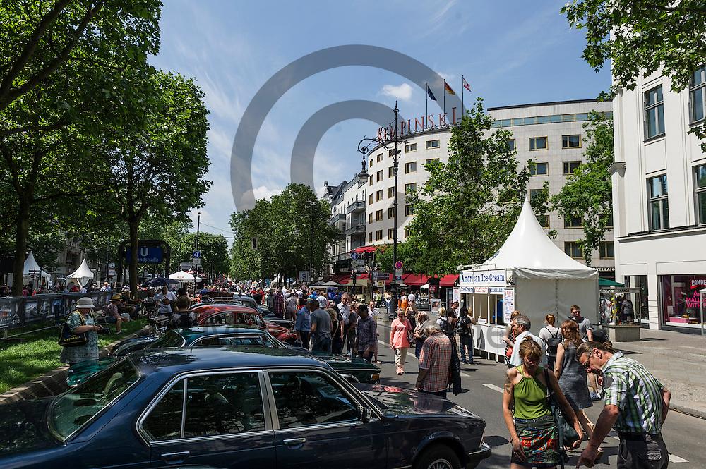 Besucher schauen sich w&auml;hrend der Classic Days Berlin am 04.06.2016 in Berlin, Deutschland Oldtimer an. Der Kurf&uuml;rstendamm wird an diesem Wochenende zu einer Ausstellungsfl&auml;che f&uuml;r Liebhaber von alten Autos. Foto: Markus Heine / heineimaging<br /> <br /> ------------------------------<br /> <br /> Ver&ouml;ffentlichung nur mit Fotografennennung, sowie gegen Honorar und Belegexemplar.<br /> <br /> Bankverbindung:<br /> IBAN: DE65660908000004437497<br /> BIC CODE: GENODE61BBB<br /> Badische Beamten Bank Karlsruhe<br /> <br /> USt-IdNr: DE291853306<br /> <br /> Please note:<br /> All rights reserved! Don't publish without copyright!<br /> <br /> Stand: 06.2016<br /> <br /> ------------------------------w&auml;hrend der Classic Days Berlin am 04.06.2016 in Berlin, Deutschland. Der Kurf&uuml;rstendamm wird an diesem Wochenende zu einer Ausstellungsfl&auml;che f&uuml;r Liebhaber von alten Autos.  Foto: Markus Heine / heineimaging<br /> <br /> ------------------------------<br /> <br /> Ver&ouml;ffentlichung nur mit Fotografennennung, sowie gegen Honorar und Belegexemplar.<br /> <br /> Bankverbindung:<br /> IBAN: DE65660908000004437497<br /> BIC CODE: GENODE61BBB<br /> Badische Beamten Bank Karlsruhe<br /> <br /> USt-IdNr: DE291853306<br /> <br /> Please note:<br /> All rights reserved! Don't publish without copyright!<br /> <br /> Stand: 06.2016<br /> <br /> ------------------------------