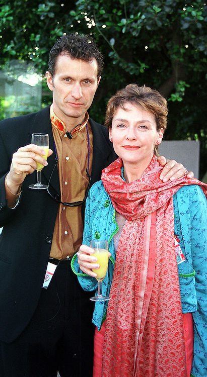Actress AMANDA BURTON and her husband photographer<br />  MR SVEN ARNSTEIN, at the Chelsea Flower show in<br />  London on 22nd May 2000.OEJ 112