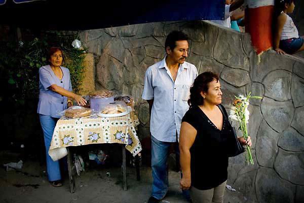 """1..Representación teatral de la pasión de cristo (Vía Crucis), realizada  en el cerro San Cristóbal  en el distrito del Rímac  al norte de  Lima ,Perú  el día 10 de abril del año 2009 por la compañía de teatro callejero 'Emmanuel' (la cual lleva 2 décadas representando el mismo show religioso ) del actor callejero Mario Valencia Rivadeneira (52) llamado también el """"cristo cholo"""",quien ya lleva 21 años interpretando a este personaje divino, y es seguido por muchas personas que ya conocen de su tradicional puesta teatral. Valencia quien es conductor de camión es uno de los varios hombres y mujeres que desempeñan diversos oficios durante el año (ninguno de los cuales es la actuación)."""