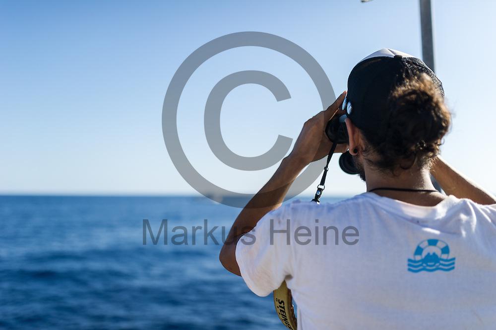 Der zweiter Maschinist Diego Weber haelt am 22.09.2016 auf dem Fluechtlingsrettungsboot Sea-Watch 2 in internationalen Gewaessern vor der libyschen Kueste Ausschau nach Booten mit Fluechtlingen die von der ibyschen Kueste starten. Foto: Markus Heine / heineimaging<br /> <br /> ------------------------------<br /> <br /> Veroeffentlichung nur mit Fotografennennung, sowie gegen Honorar und Belegexemplar.<br /> <br /> Publication only with photographers nomination and against payment and specimen copy.<br /> <br /> Bankverbindung:<br /> IBAN: DE65660908000004437497<br /> BIC CODE: GENODE61BBB<br /> Badische Beamten Bank Karlsruhe<br /> <br /> USt-IdNr: DE291853306<br /> <br /> Please note:<br /> All rights reserved! Don't publish without copyright!<br /> <br /> Stand: 09.2016<br /> <br /> ------------------------------