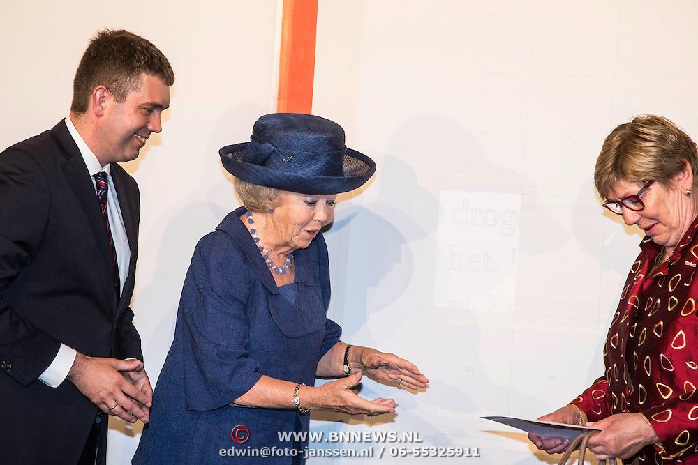 NLD/Utrecht/20140628 - Prinses Beatrix aanwezig bij de viering van 200 jaar Nederlands Bijbelgenootschap, Prinses Beatrix plaatst de eerste bijbelletter op de grootste bijbelpagina