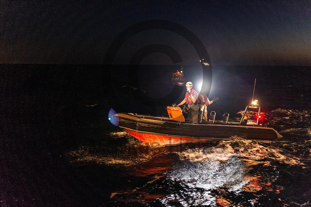 Ein RIB (Schlauchboot) der Sea-Watch 2 legt am 22.09.2016 in einem in internationalen Gewaessern vor der libyschen Kueste  an das Fluechtlingsrettungsboot Sea-Watch 2 an um Fluechtlinge aufzunehmen. Die 119 aus Seenot geretteten Fluechtlinge werden an das Schiff &quot;Dignity&quot; der Organisation &Auml;rzte ohne Grenzen uebergeben die sie nach Italien bringen. Foto: Markus Heine / heineimaging<br /> <br /> ------------------------------<br /> <br /> Veroeffentlichung nur mit Fotografennennung, sowie gegen Honorar und Belegexemplar.<br /> <br /> Publication only with photographers nomination and against payment and specimen copy.<br /> <br /> Bankverbindung:<br /> IBAN: DE65660908000004437497<br /> BIC CODE: GENODE61BBB<br /> Badische Beamten Bank Karlsruhe<br /> <br /> USt-IdNr: DE291853306<br /> <br /> Please note:<br /> All rights reserved! Don't publish without copyright!<br /> <br /> Stand: 09.2016<br /> <br /> ------------------------------