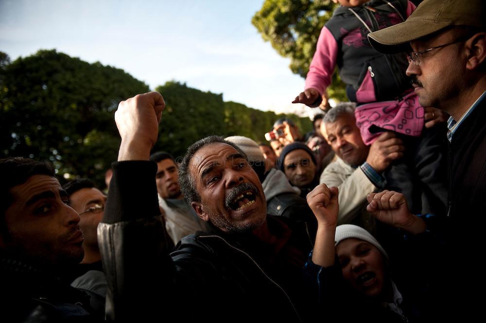 Des journalistes tunisiens, opposés au régime de Ben Ali manifestent, le 17 janvier 2011 sur l'avenue Bourguiba à Tunis, pour demander la liberté de la presse dans leur pays.