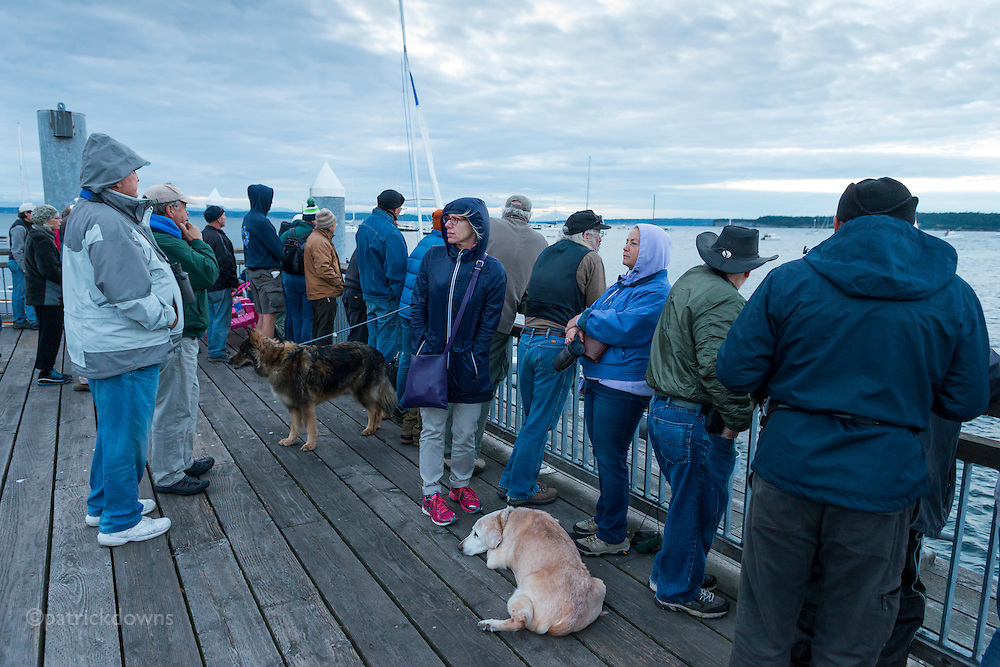 People wait for the start, on the pier.<br />