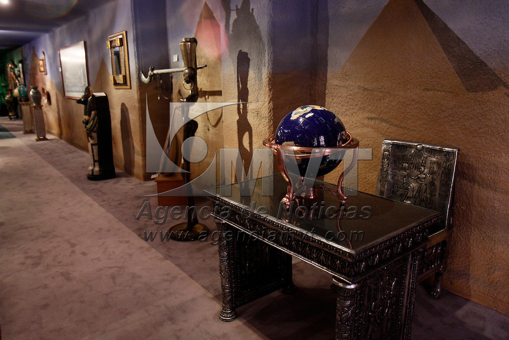 """TOLUCA, México.- Una muestra representativa de arte oriental, africano y americano  forma parte del acervo  del Galeana 100 """"Museo del Alma Artesanal""""; mascaras, esculturas, tapices, porcelana, y hasta sillas de andas pueden ser admiradas por el visitante, en este espacio enclavado en el centro de la ciudad de Toluca. Agencia MVT / Crisanta Espinosa. (DIGITAL)"""