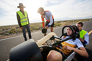 Rik Houwers finisht op de zesde racedag. Hij lukt hem niet om het record te breken. Het Human Power Team Delft en Amsterdam (HPT), dat bestaat uit studenten van de TU Delft en de VU Amsterdam, is in Amerika om te proberen het record snelfietsen te verbreken. Momenteel zijn zij recordhouder, in 2013 reed Sebastiaan Bowier 133,78 km/h in de VeloX3. In Battle Mountain (Nevada) wordt ieder jaar de World Human Powered Speed Challenge gehouden. Tijdens deze wedstrijd wordt geprobeerd zo hard mogelijk te fietsen op pure menskracht. Ze halen snelheden tot 133 km/h. De deelnemers bestaan zowel uit teams van universiteiten als uit hobbyisten. Met de gestroomlijnde fietsen willen ze laten zien wat mogelijk is met menskracht. De speciale ligfietsen kunnen gezien worden als de Formule 1 van het fietsen. De kennis die wordt opgedaan wordt ook gebruikt om duurzaam vervoer verder te ontwikkelen.<br /> <br /> Rik Houwers finishes on the sixth racing day. He won't set a new record. The Human Power Team Delft and Amsterdam, a team by students of the TU Delft and the VU Amsterdam, is in America to set a new  world record speed cycling. In 2013 the team broke the record, Sebastiaan Bowier rode 133,78 km/h (83,13 mph) with the VeloX3. In Battle Mountain (Nevada) each year the World Human Powered Speed Challenge is held. During this race they try to ride on pure manpower as hard as possible. Speeds up to 133 km/h are reached. The participants consist of both teams from universities and from hobbyists. With the sleek bikes they want to show what is possible with human power. The special recumbent bicycles can be seen as the Formula 1 of the bicycle. The knowledge gained is also used to develop sustainable transport.