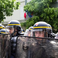 Policiers et gendarmes des Compagnies R&eacute;publicaines de S&eacute;curit&eacute; (CRS), Compagnies d'Intervention (CI) et Escadrons de Gendarmerie Mobile (EGM) le 1er mai 2016 en maintien de l'ordre lors du trajet et de la dispersion  place d'Italie de la manifestation du 19 mai contre la Loi Travail.<br /> Mai 2016 / Paris (75) / FRANCE