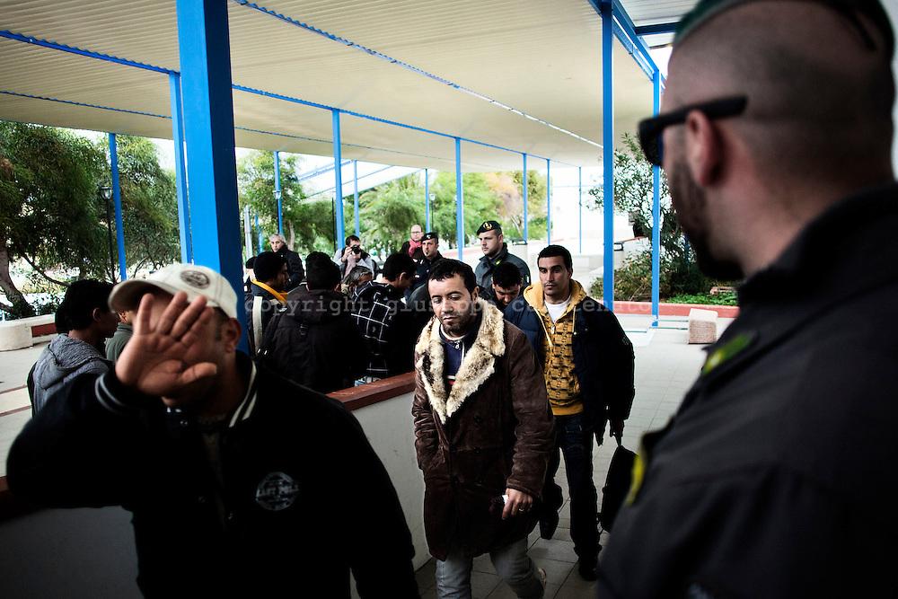 LAMPEDUSA. IMMIGRATI CLANDESTINI DI NAZIONALITA' TUNISINA RAGGIUNGONO SCORTATI DALLE FORZE DELL'ORDINE L'AEROPORTO DI LAMPEDUSA PER ESSERE TRASFERITI NEI CENTRI DI PERMANENZA TEMPORANEA;
