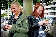 jongeren met mobiele telefoon
