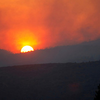 The setting sun is obscured by smoke from the Waldo Canyon fire west of Colorado Springs, Colorado June 24, 2012.  Firefighters in Western U.S. states struggled to contain out-of-control wind-stoked wildfires across the U.S. west as summer temperatures mounted, and a fresh blaze consumed more homes in Colorado.  REUTERS/Rick Wilking (UNITED STATES)