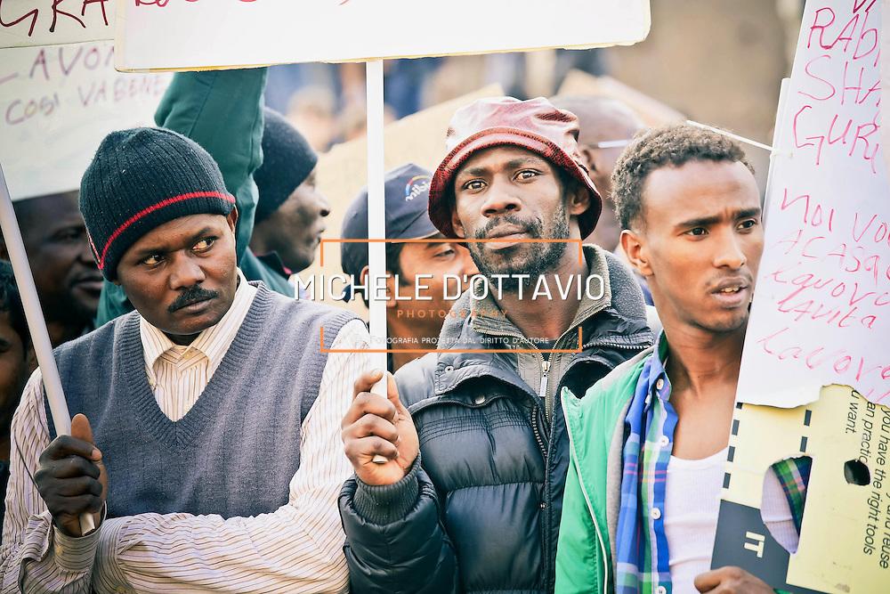 """Manifestazione dei rifugiati e richiedenti asilo, che alcune settimane fa avevano occupato delle palazzine del Villaggio olimpico ex Moi di Torino, """"Casa, reddito e dignità per tutti"""""""