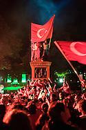 turkse voetbalfans vieren de overwinning op kroatie op de oude markt in enschede. ek voetbal