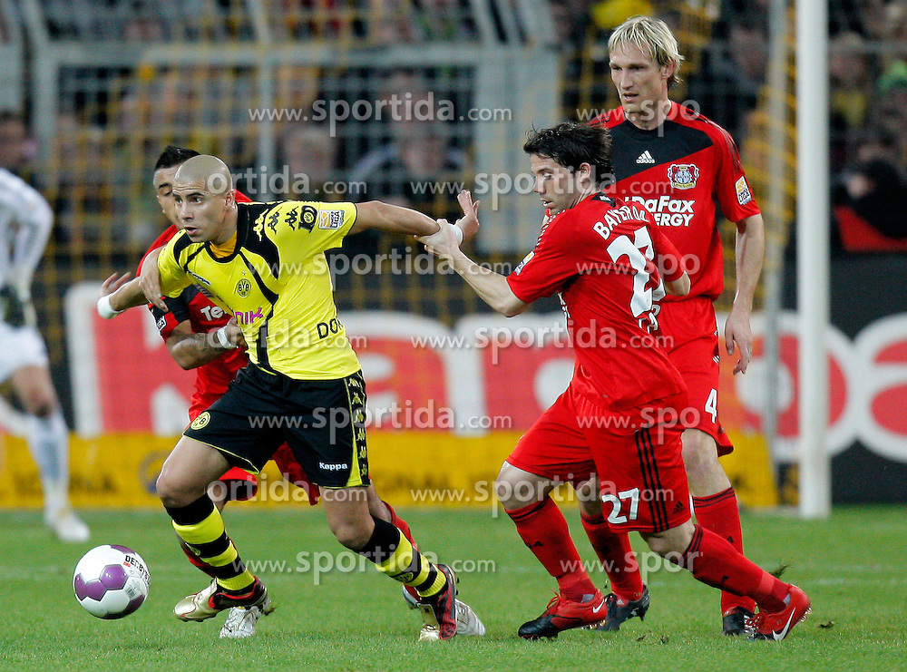 20.03.2010, Signal Iduna Park, Dortmund, GER, 1.FBL, Borrussia Dortmund vs Bayer 04 Leverkusen, im Bild   Mohamed Zidan (Dortmund EGY #10) vs Gonzalo Castro (Bayer 04 Leverkusen - ESP/GER #27), hinten rechts Sami Hyypiä (Bayer 04 Leverkusen - FIN #4) EXPA Pictures © 2010, PhotoCredit: EXPA/ nph/  Scholz / SPORTIDA PHOTO AGENCY