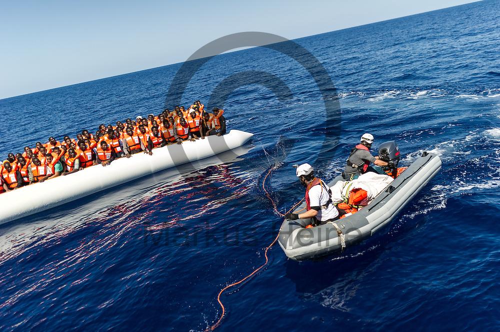 Eine RIB Besatzung hilft am 22.09.2016 auf dem Fluechtlingsrettungsboot Sea-Watch 2 in internationalen Gewaessern vor der libyschen Kueste beim Anlegen des Fluechtlingsbootes an das Rettungsschiff. Foto: Markus Heine / heineimaging<br /> <br /> ------------------------------<br /> <br /> Veroeffentlichung nur mit Fotografennennung, sowie gegen Honorar und Belegexemplar.<br /> <br /> Publication only with photographers nomination and against payment and specimen copy.<br /> <br /> Bankverbindung:<br /> IBAN: DE65660908000004437497<br /> BIC CODE: GENODE61BBB<br /> Badische Beamten Bank Karlsruhe<br /> <br /> USt-IdNr: DE291853306<br /> <br /> Please note:<br /> All rights reserved! Don't publish without copyright!<br /> <br /> Stand: 09.2016<br /> <br /> ------------------------------