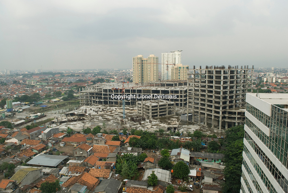 Abandoned building sites in the center of Jakarta. Sites de construction abandonnes dans le centre de Jakarta.